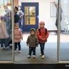 De nieuwe bewoners arriveren bij hest asielzoekerscentrum gevestigd in het voormalige belastingkantoor.. Nijmegen, 9-2-2017 .