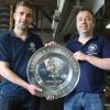 't Oude Ambacht maakt de kampioensschalen van de eredivisie, rechts Jurgen en links Martijn van Zon, Alphen 12-5-2017 .