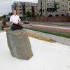 Rients Ritskes, oprichter van Zen-centrum, harkend in de zen-tuin aan de Waalkade (schuin tegenover de Grotestraat). Verhaal is: zentuin mag langer blijven ?n de tuin blijkt 'hufterproof'' te zijn (dus geen vandalisme of hondenuitlaatplaats. Nijmegen, 12-6-2017 .