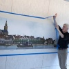 Kees Moerbeek,ophangen van het  ?Nijmegen, 1860 Panorama?   in de Bastei . Nijmegen, 17-1-2018 .
