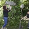 Kunstenaars Ria Roerdink en Anja Middelkoop zijn het nieuwe seizoen van Kunst in Millingen gestart met het project Zomerverschijnselen: ze planten oude uitlaten in de grond en maken een klankinstallatie van wilgentakken en steigerbuizen. , in het kunstparkje Halve Bunder aan het Ons Genoegenpad, 3-5-2018 .