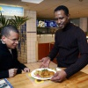 """Kenneth Reingoud serveert eten in eethuis Willemsweg