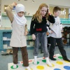 Kinderen spelen spelletjes, playstation, twister, allochtoon, op basisschool na CITOtoets