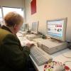 """""""Oudere, bejaarde acher de computer op internet"""""""