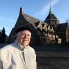 """""""Pater Kwakman (79) svp fotograferen voor de Lourdeskerk aan de  Hatertseweg. Hij neemt afscheid als pastor"""""""